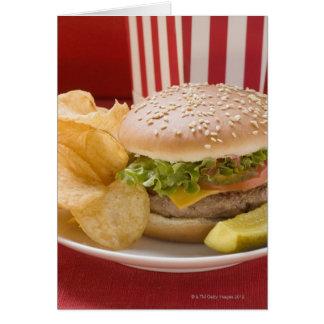 Cheeseburger mit Kartoffelchips und Essiggurke Karte