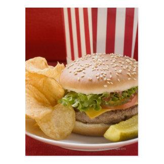 Cheeseburger mit Kartoffelchips und Essiggurke Postkarte