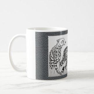 Cheetahs auf grauem Imitat-Leder Kaffeetasse