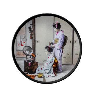 Cheveux de geisha habillant le 芸者 japonais vintage assiettes en porcelaine