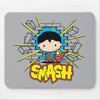 Chibi Supermann, der durch Backsteinmauer Mousepads