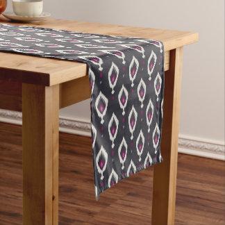 Chic schwarzes und lila ikat Stammes- Muster Kurzer Tischläufer