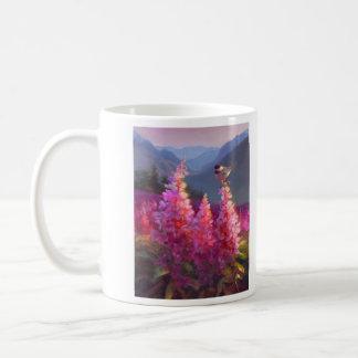 Chickadee auf alaskischen Wildblumen mit Bergen Kaffeetasse