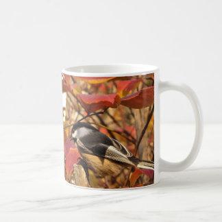 Chickadee-Vogel im rosa und roten Herbst-Blätter Kaffeetasse