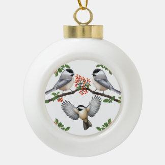 Chickadees auf roter Beere verzweigt sich Keramik Kugel-Ornament