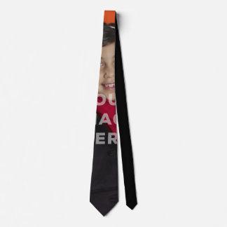 Choisissez le cravate drôle couvert de photo