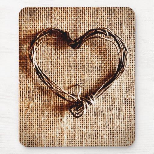 Coeur rustique de ficelle de pays sur la copie de  tapis de souris