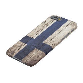 Coque Barely There iPhone 6 Drapeau de la Finlande sur le vieux grain en bois