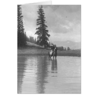 Cowboy auf einem Pferd stehend in einem Teich Karte