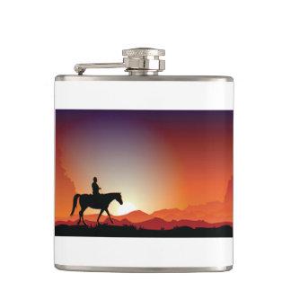Cowboy, der eine Pferdeflasche reitet Flachmann