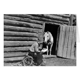 Cowboy und ein Pferd, das einen Buchstaben Karte