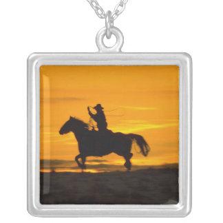 Cowboyreiten im Sonnenuntergang mit Lariat Seil 2 Versilberte Kette