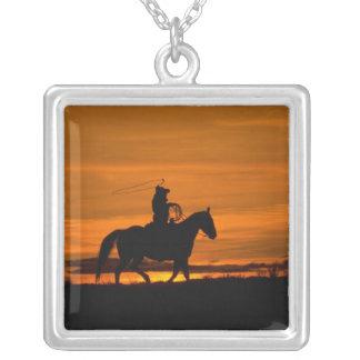 Cowboyreiten im Sonnenuntergang mit Lariat Seil Versilberte Kette