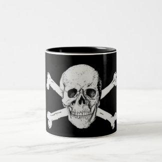 Crâne et os croisés de pirate mug bicolore