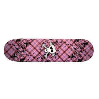 Crâne rose et os croisés avec les coeurs et l'arc skateboards