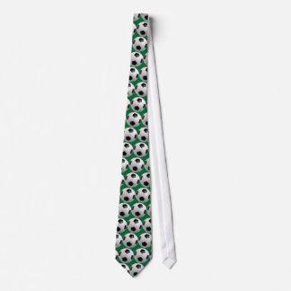 Cravate du football (arrière - plan vert)