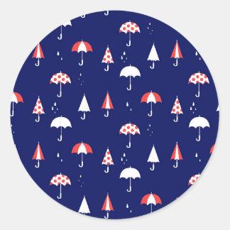 Cru de motif de parapluie et espiègle sticker rond