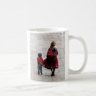 Cusco, Peru, Mutter und Kinder Kaffeetasse