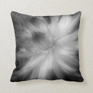 Dahlie-Blume im Schwarzweiss-Kissen Kissen