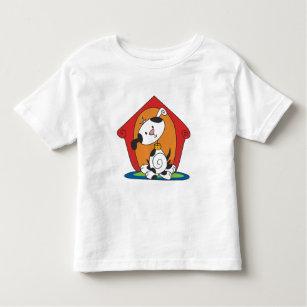Dalmation in den Hundehaus-T - Shirts und den