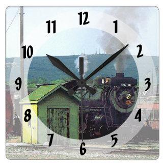 Dampf-Lokomotive, die in Zug-Yard kommt Quadratische Wanduhr