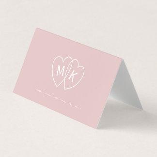 Das Braut Herz-Monogramm erröten Rosa gefaltete Platzkarte