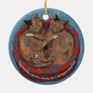 Das Doppelte mit zwei Schildpatt-Katzen… versah Rundes Keramik Ornament