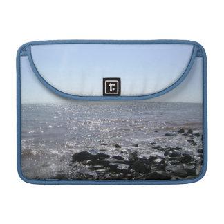 """""""Das Glitzern wässert"""" Bay of Fundy MacBook Pro Sleeve"""