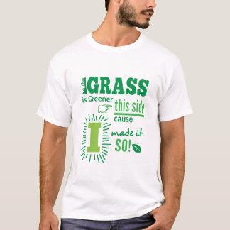 Das Gras ist diese Seitenursache grüner, die ich T-Shirt