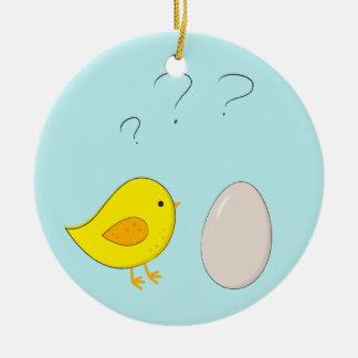 Das Huhn oder der Ei niedliche Ostern-Cartoon Rundes Keramik Ornament