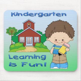 Das Kindergarten-Jungen-Lernen ist Spaß-Mausunterl Mauspads