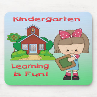 Das Kindergarten-Mädchen-Lernen ist Spaß-Mausunter Mousepads