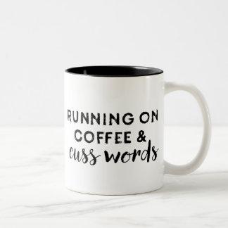 Das Laufen auf Kaffee und fluchen Zweifarbige Tasse