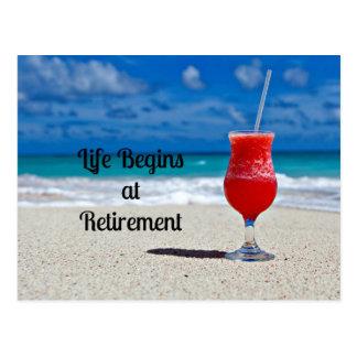 Das Leben fängt am Ruhestand - eisiges Getränk auf Postkarte