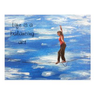 Das Leben ist eine Balanceaktpostkarte Postkarte