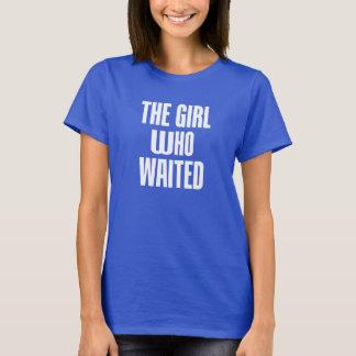 Das MÄDCHEN, das T-Stück WARTETE T-Shirt