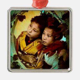Das nachdenkliche Anstarren von zwei Geisha Quadratisches Silberfarbenes Ornament