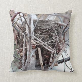 Das Nest des leeren Vogels Zierkissen
