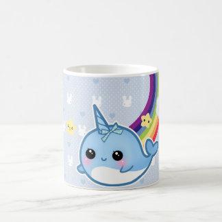 Das niedliche Baby, das mit Regenbogen narwhal Kaffeetasse