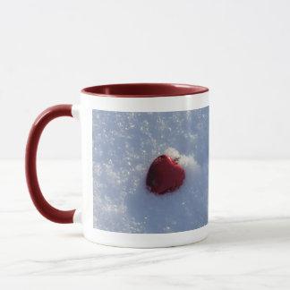 Das Valentinsgruß-rote Herz des besten Freunds auf Tasse