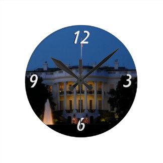 Das Weihnachts Weiße Haus nachts im Washington DC Runde Wanduhr