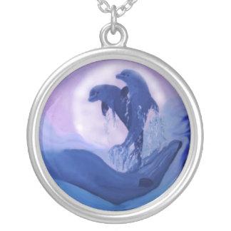 Dauphins dans le clair de lune pendentif rond