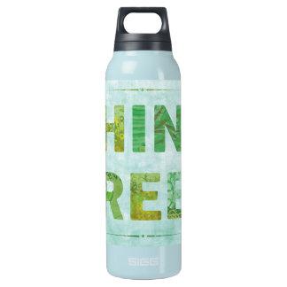 Denke ökologisch-Bewusstseins-glückliches Zitat Isolierte Flasche