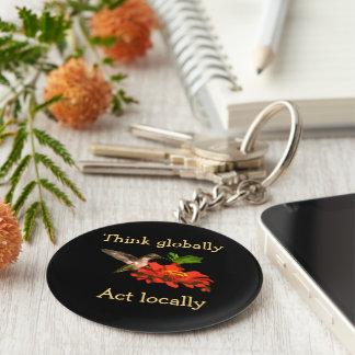 Denken Sie global Taten-am Ort Kolibri Keychain Schlüsselanhänger