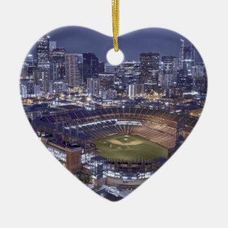 Denver-Stadt-Skyline und Coors Feld nachts Keramik Ornament