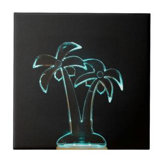 Der Blick von Neonlit herauf tropische Palmen Keramikfliese