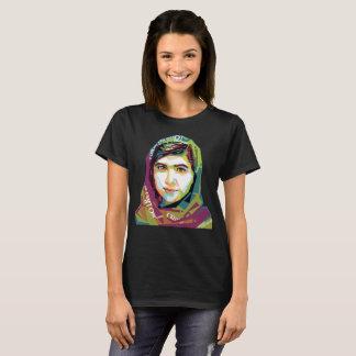 Der ein grundlegende dunkle T - Shirt der