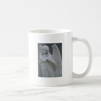 Der Engel ist wegen etwas traurig, das Sie taten Kaffeetasse