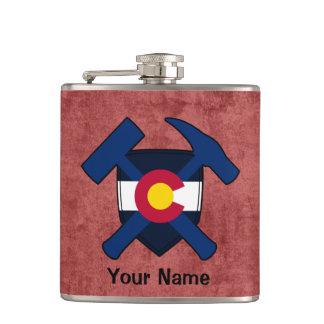 Der Felsen-Hammer-Schild-Colorado-Flagge des Flachmann