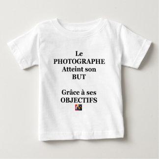 Der FOTOGRAF erreicht sein ZIEL dank seinen Baby T-shirt